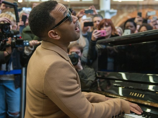 JOHN LEGEND SURPRISES COMMUTERS AT ST PANCRAS WITH AN INCREDIBLE THREE-SONG SET