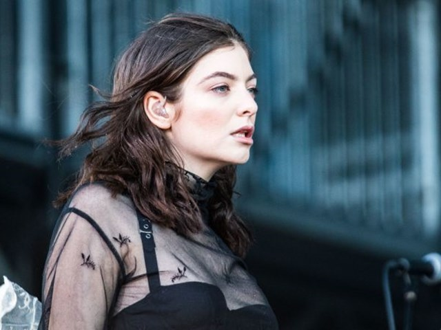 LORDE GETS FLOWERY WITH 'PERFECT PLACES' ON 'FALLON'