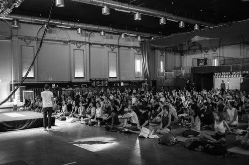 Adriene Mishler: Live-Yoga in Berlin | LiveNationTv